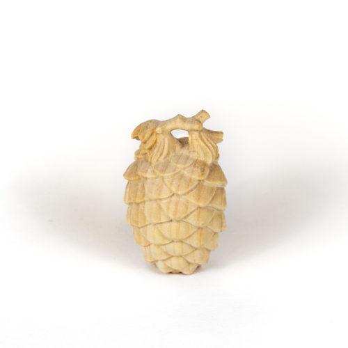 Zirbenzapfen aus reiner Zirbe geschnitzt. Hergestellt in Österreich. Produktbild